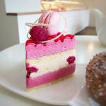 66832122 - ムーランルージュ 440円                       ピンク色のマカロンが乗ったカワイイビジュアル♡