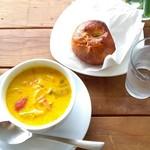 66834876 - 本日のスープとバジルトマトクリームチーズベーグル。