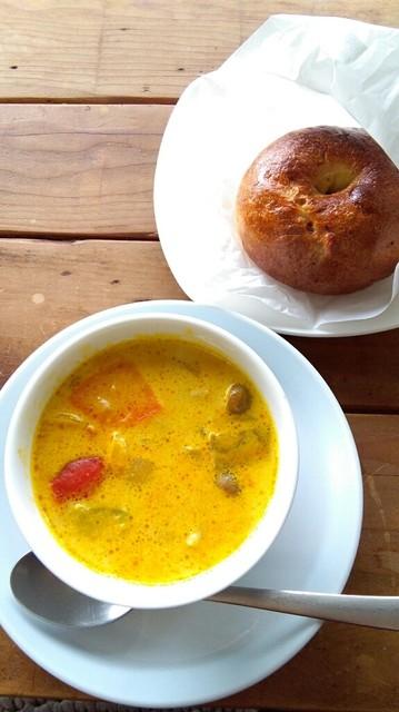 輪粉 - 本日のスープとバジルトマトクリームチーズベーグル。