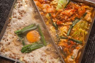 あくとり代官 鍋之進 - 牛もつ鉄板 二色の納豆×キムチ焼き