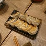 nikujirugyouzanodandadan - 肉汁焼き餃子