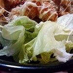 酒処 ときた - 立ち呑み 鴇田 @板橋本町 ランチ 紅唐揚げ丼に添えられる口直しのレタス