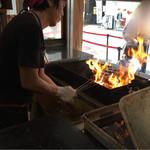 明神丸 - 藁焼きを店頭でやっています。
