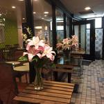 オリエンタルキッチン アンジュナ - エントランスには見事なユリの花