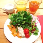 シラントロ - 土日ランチブュッフェ@1,944円 1皿めはサラダで。パクチー盛り盛り!ドレッシングは2種類、アンチョビドレッシングが美味。