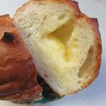 郷のパン工房 GLANz Mut そばの実カフェ - 中に甘い濃厚な練乳クリームが流れ出るほど詰めたパンです。