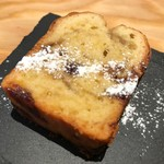 WORLD NEIGHBORS CAFE - パウンドケーキのキャラメルバナナ。サイズ感も良好な一品です。