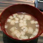 おにくとおやさい くすだま - 揚げとワカメのお味噌汁