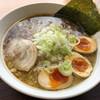 ラーメンとん太 - 料理写真:こってり背脂醤油らーめん(¥800)+麺大盛り0.5玉(¥100)+スタンプ3個目サービスの味付け煮卵