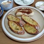 ぱんやベッキー - 焼きそばパン&前回買ったバゲットで作ったガーリックトースト