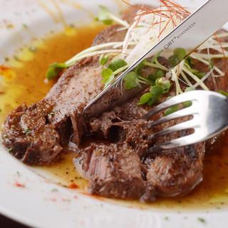 オープン以来大人気!!箸でも切れる牛タン黒胡椒焼き