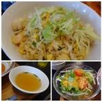 シンガポール・シーフード・リパブリック - ◆炒飯はパラパラ仕上げでお味は薄め。 チリクラブのソースをかけていただくと丁度いい味わいになるよう調整されているのかもしれません。 ◆サラダには「パクチ」も入っていました。