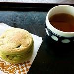 66889856 - よもぎ入り回転焼&お茶