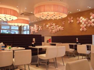 スイーツパラダイス 原宿店 - ピンクと白で統一されている店内