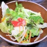 百歩ラーメン - サービスのミニサラダ