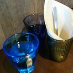 エーピージー カフェ - 水のグラスはブルーとパープル