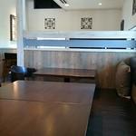 エーピージー カフェ - 隣の4人掛けテーブルとその奥の2人掛けテーブル
