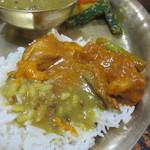 カラス - チキンカレー、野菜カレー、ダルスープオンザライス
