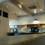 エーピージー カフェ - 隣のコーナーとキッチン 遠景