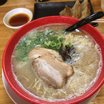 博多ラーメンひなた - 福岡では珍しく受け皿が当てられています。