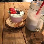 カフェ・クヌート - イチゴヨーグルトスムージーとベリーのレアチーズケーキ