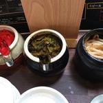 博多 明膳 - 卓上のサービス品 紅ショウガ・辛子高菜・モヤシ漬け