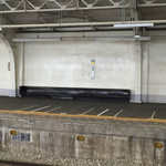 福盈門 - 鶴見線鶴見駅向かいのホーム。誰がすわるんだろう?・・