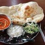 66924238 - Indian Grill & Sports Bar ❛Reka❜ 西葛西店 ランチ Bセット 税込800円 バターチキンカレーを辛口で・ラッシーを選んで