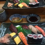 大木屋鮨 - 上寿司セットを2人前、鏡に写っている訳では… 食べ応え有ります。玉子焼き市販品です。