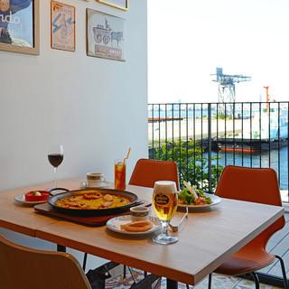 海を眺めながらゆったりお寛ぎいただけるテーブル席