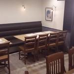 日本酒バー オール・ザット・ジャズ - 改装後の店内テーブル席