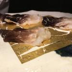 第三春美鮨 - まずは、復活した三河のとり貝。水ぶくれした90gと身厚の110gの同時対比を行います。