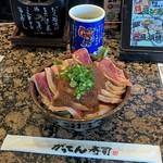 磯のがってん寿司 - 日替りランチ丼のまぐろステーキ丼(626円)。これはすごい!!驚きのマグロ祭りです!。飯よりもマグロが多い。味付けはステーキ丼というだけあってローストビーフのたれを甘くした感じ。