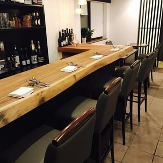 軽いお食事とワインからご会食までゆったりと楽しめるお席