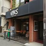 VIBES - 外観。昼入ると暗い。