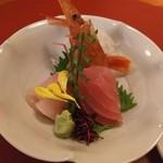 66943862 - (2017年5月 訪問)仁松膳の刺身。鮪は少し筋っぽいもののカンパチと牡丹海老は美味しかったです。