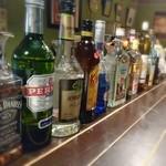 ガンゲット・ダイマ - アブサンほか魅力的な酒瓶が並ぶ