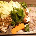 海鮮個室居酒屋 宇和之島 浜松町・大門店 - 桜鯛のしゃぶしゃぶ鍋の鍋の具材