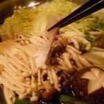海鮮個室居酒屋 宇和之島 浜松町・大門店 - 桜鯛のしゃぶしゃぶ鍋の桜鯛をしゃぶしゃぶしているところ