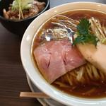 66954522 - 醤油らぁめん炙り肉飯セット 930円(税込)(2017.05現在)