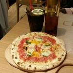 ピッツァ ナポレターノ カフェ - マルゲリータ、ドリンク、チリオイル