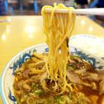 大喜 - 麺は中太でやや縮れがあり、噛み応えのあるもの。醤油スープとのバランスが考えられている