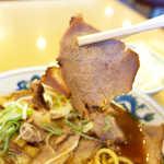 大喜 - チャーシューは薄切りゆえ、スープがしっかり染み込んで旨い。これはライスのおかずになる