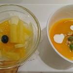 千疋屋総本店 - ミニフルーツ皿と       マンゴージュースにグラノーラとクリーム入り