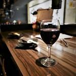 炭火焼ホルモン ぐう - グラス赤ワイン