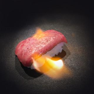 4種楽しめる《炙り肉寿司》