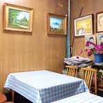 あま太郎 - 4人掛けのテーブル席が実質2卓。「携帯電話禁止、化粧使用禁止」ですよ