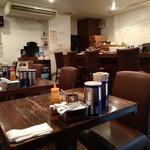 凛 - 入口付近のテーブル席からの店内