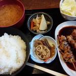 66967738 - 串焼タレ定食。焼鳥串3本、塩キャベツ、小鉢2こ、みそ汁