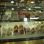 ポワソンダブリル - ケーキのショーウィンドウ